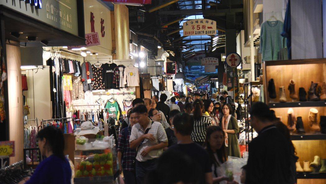 五分埔商圈以服飾批發零售聞名。圖/商業處提供