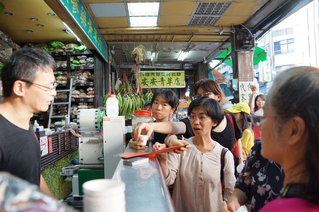 艋舺導覽活動安排遊逛著名青草巷,品嘗青草茶。圖/商業處提供
