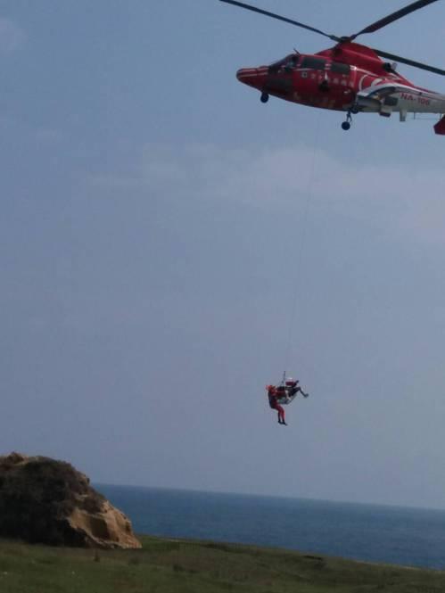 直升機將大體吊掛上岸。記者曾健祐/翻攝