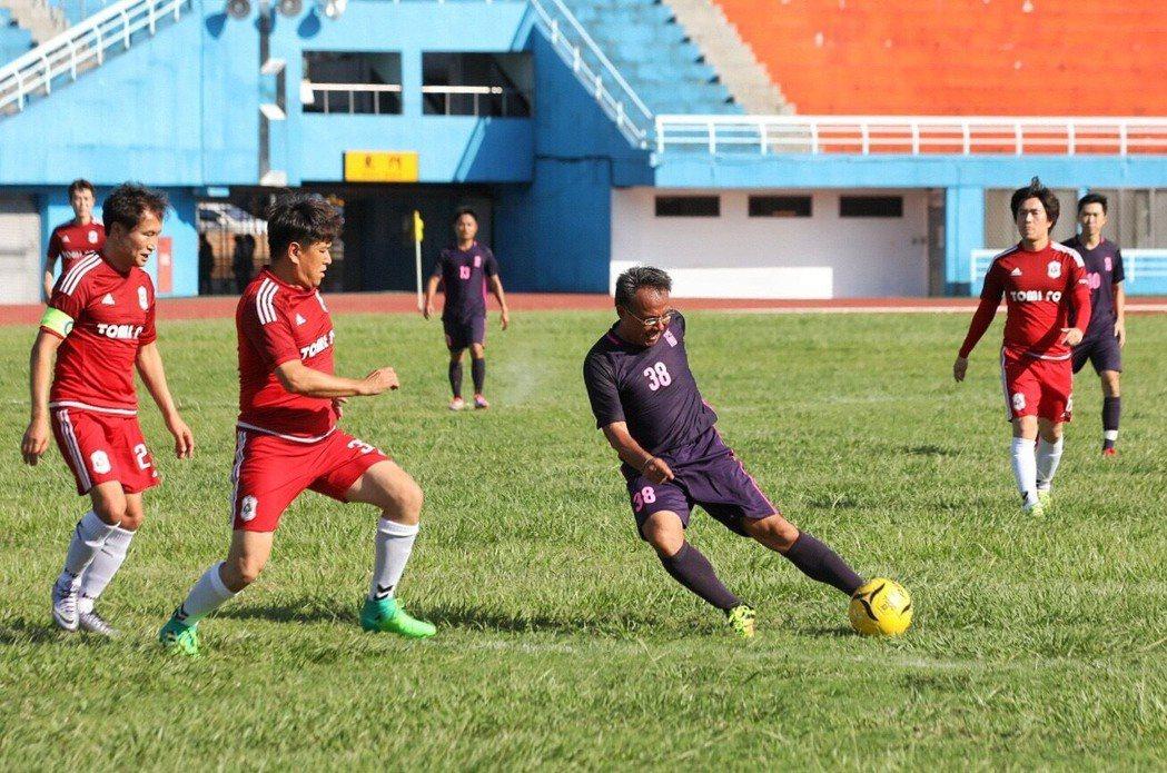 桃園市體育會足球委員會總幹事鄭家興(右2)身穿紫衣在球場上揮汗。圖/市府提供