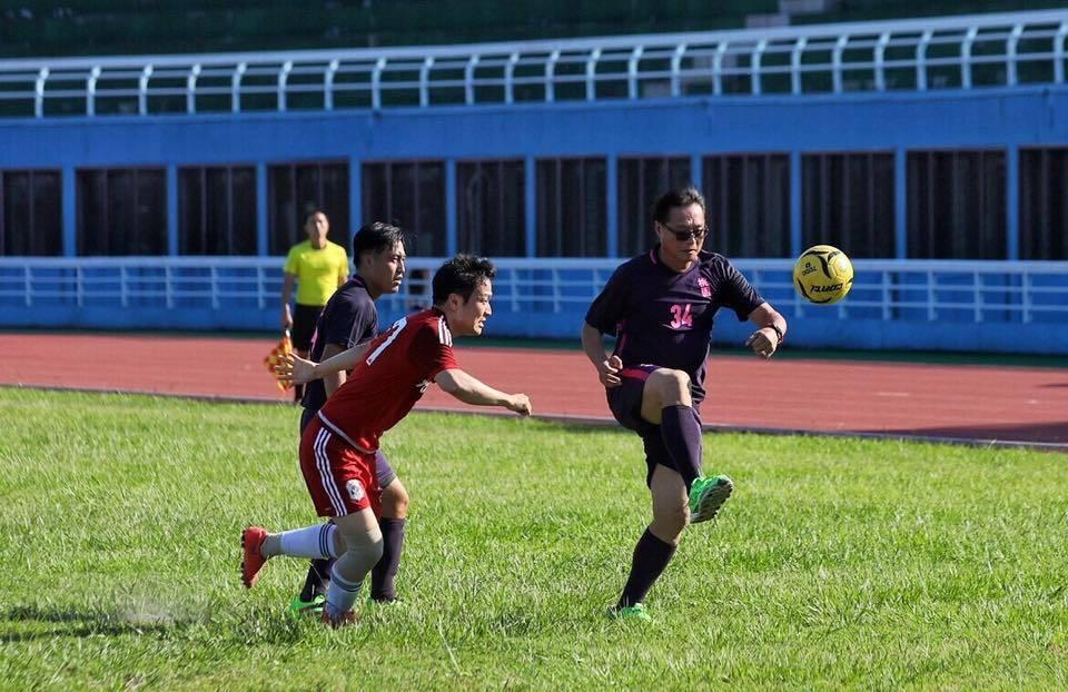 桃園體育局局長夏金興(右)等人穿著紫色球衣,不同「紫衣教」讚嘆師傅,改踢足球與韓...