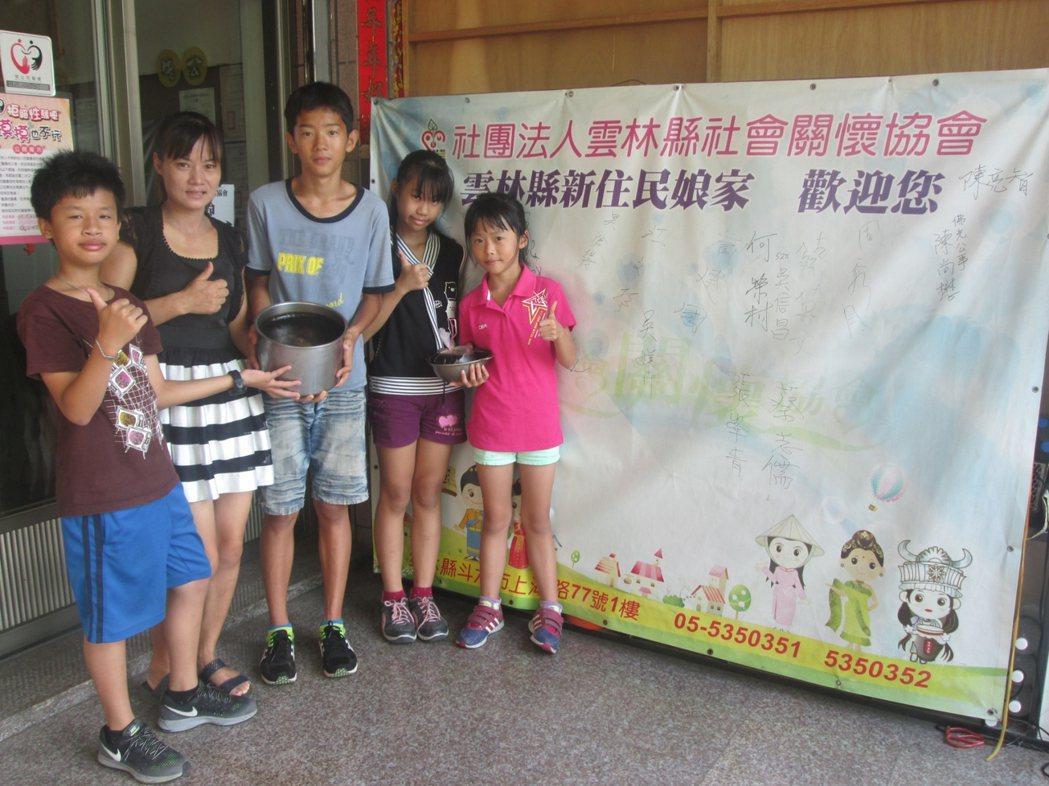 雲林縣陸籍配偶李新華17年前嫁來台灣,每天開著小發財車賣婆婆做的豆花,被暱稱為「...