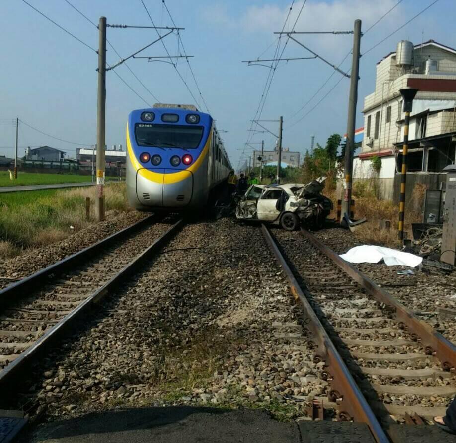 台鐵一度單向通車,其他列車經過時須放慢速度,以時速10公里經過事故現場。圖/台鐵...