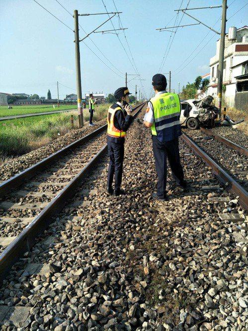 自強號撞上轎車,警方稍早調查釐清事故原因。圖/台鐵提供