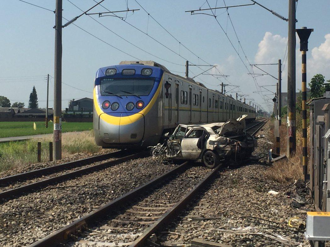 火車只能緩緩經過轎車旁,以免勾到轎車。記者吳政修/攝影