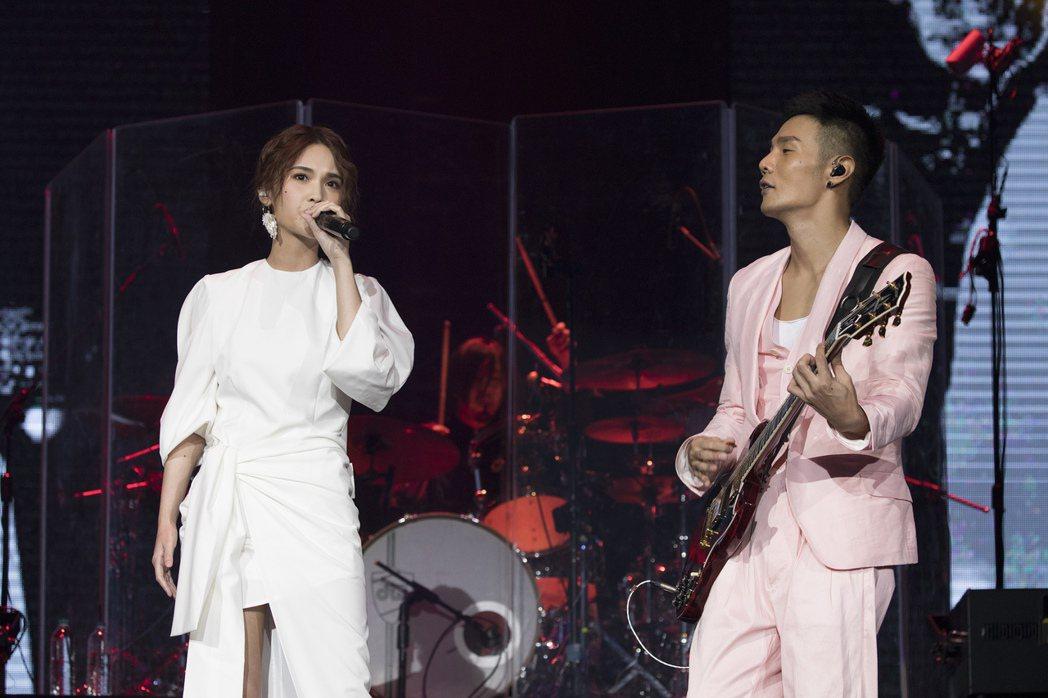 楊丞琳(左)甜蜜為男友李榮浩站台。圖/華納音樂提供