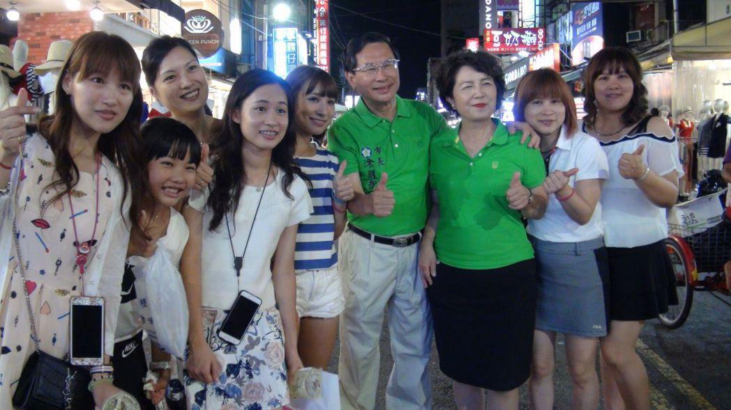 嘉義市長涂醒哲夫婦帶路,推薦文化路夜市的必吃美食。記者王慧瑛/攝影