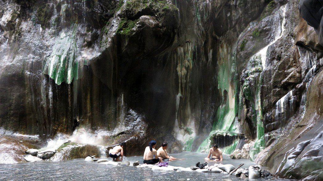 台東南橫公路上的栗松野溪溫泉,有台灣最美野溪溫泉之稱,吸引許多民眾前往。記者劉學...