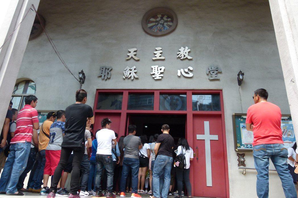 桃園市中壢區聖心堂每到周日菲律賓國籍的信徒望彌撒不但坐無虛席,多數是移工,禮拜堂...