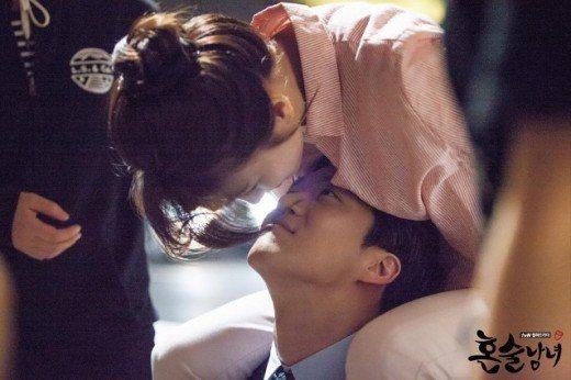 河錫辰(下)、朴河宣愛在戲中上演高難度「木馬之吻」。圖/衛視中文台提供
