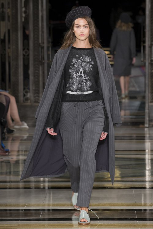 一襲黑色薄針織上衣更以代表品牌的「A」與「Chapter 10」表示「翻開第十...