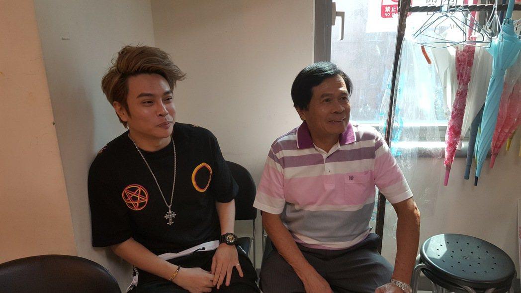 卡古(左)和爸爸一起接受訪問。記者林怡秀/攝影