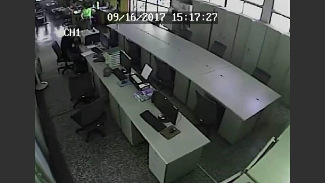 警方調閱派出所內的監視器,確認就是遭到蘇嫌竊走警用電腦。記者蔣繼平/翻攝