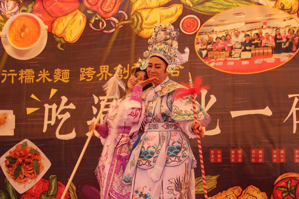 廍子社區發展協會理事長陳素雲(中)今天也和社區婆婆媽媽們粉墨登場唱起最有古早味的...