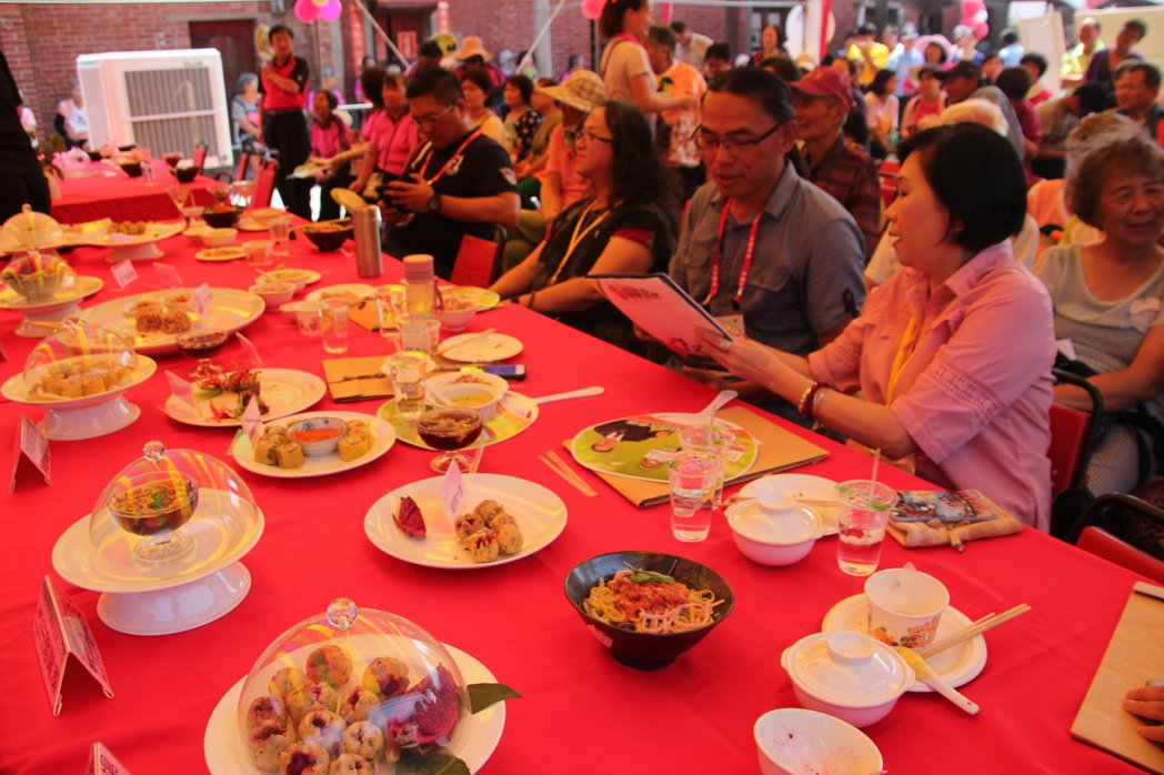 埔鹽鄉廍子社區今天在施家古厝舉辦「吃遍彰化一碗麵」創意料理大賽,社區自產的五行麵...