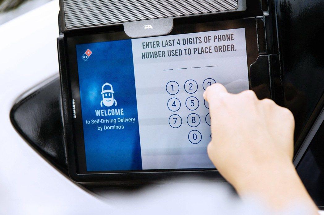 顧客將透過升級版的Domino's Tracker以GPS追蹤外送車輛。在自動駕...