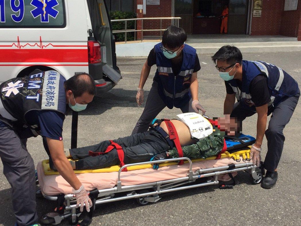 落海男子救起時已無呼吸心跳,緊急由救護人員送往南門醫院急救。記者蔣繼平/翻攝