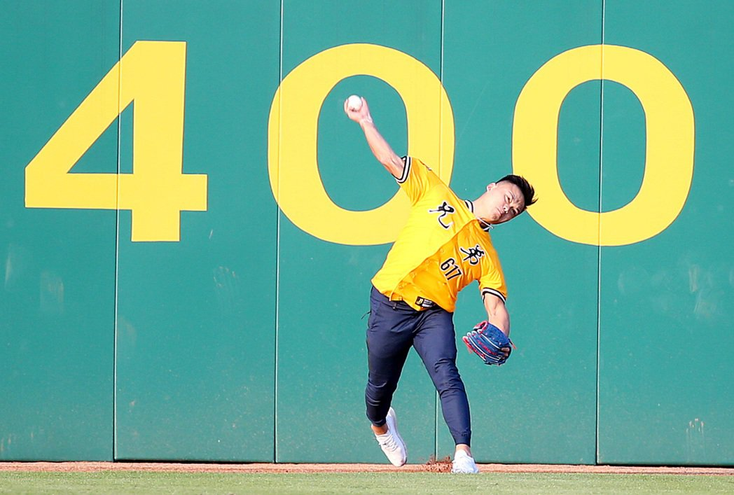 世大運標槍金牌鄭兆村擔任中職開球嘉賓,從中外野全壘打牆邊開球。記者侯永全/攝影