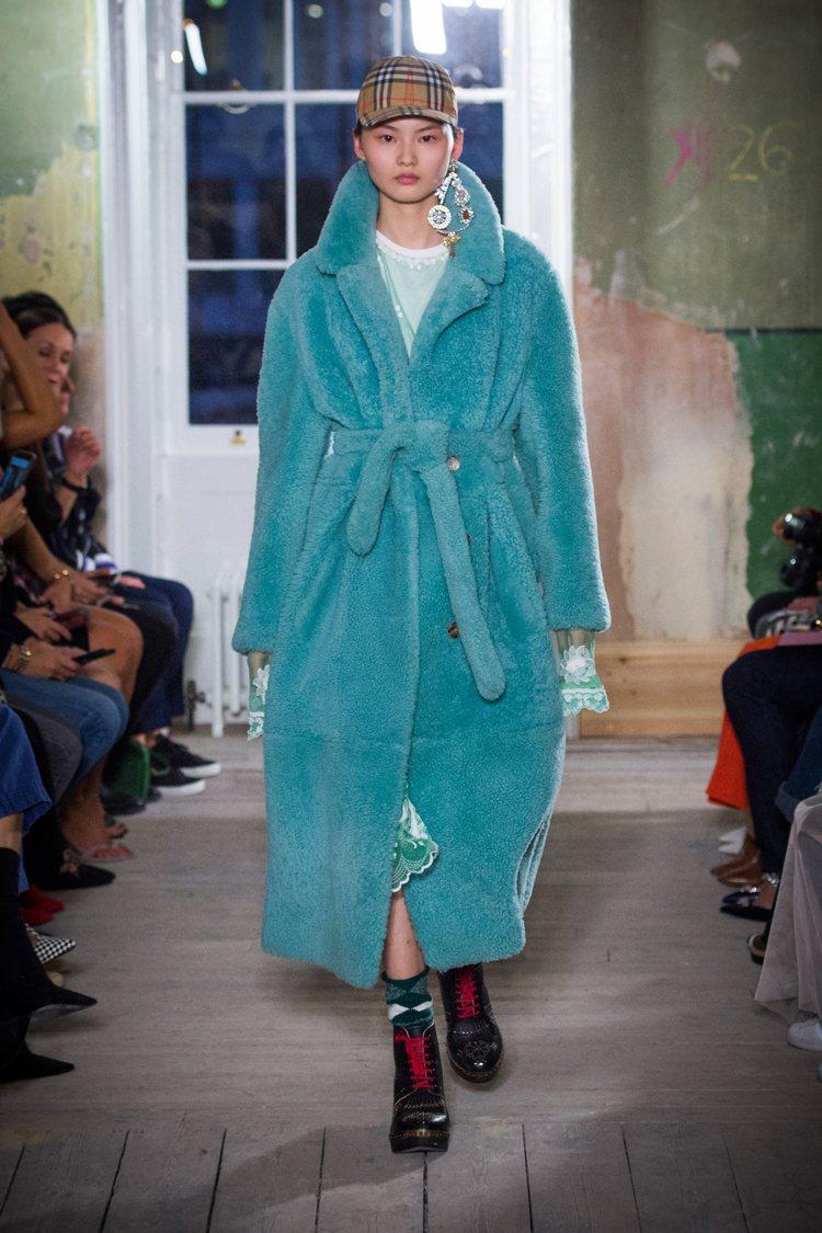 仿皮草打造外套、綁帶大衣,同樣運用冰沙色調增添活潑。圖/Burberry提供