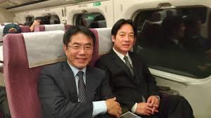 黃偉哲一張在高鐵上與行政院長賴清德合拍的照片,引發台南選情震盪。圖/取自臉書