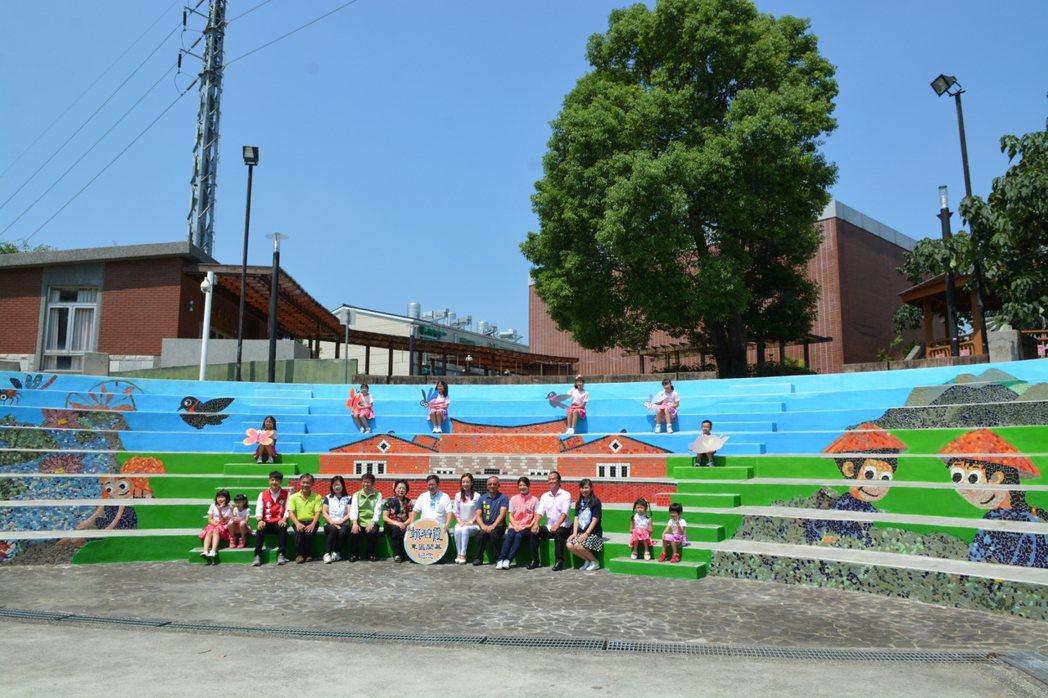 桃園客家文化館藝術階梯今天也同步啟用,由馬賽克藝術家葉佐智老師製作,為了紀念賴碧...