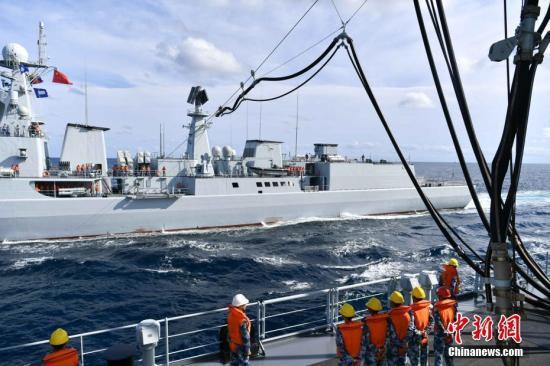 9月16日,中共海軍東平湖艦向參演艦艇進行綜合補給。(取自中新網)