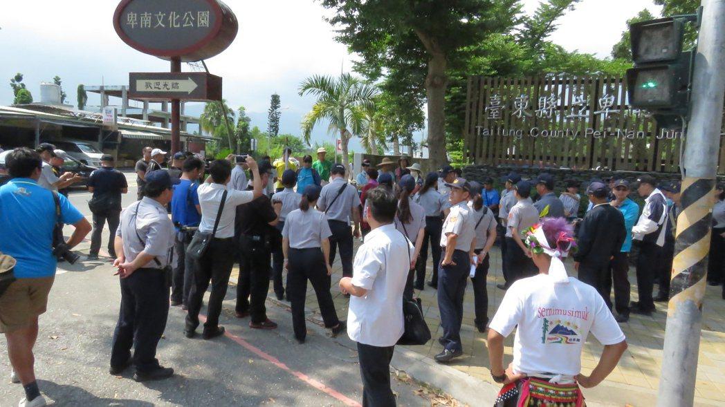 總統蔡英文今天下午到台東,有十多位退休民眾前往陳情,警方嚴陣以待。記者潘俊偉/攝...