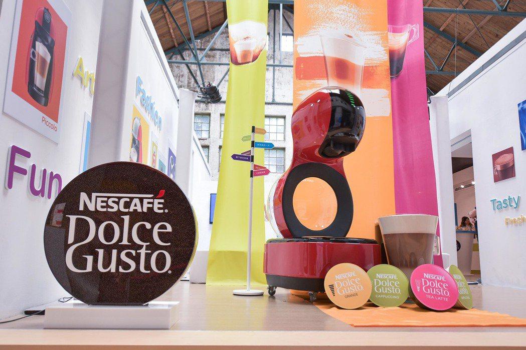 限量透明機型將品牌NESCAFE Dolce Gusto融入設計,首度發揮光的意...