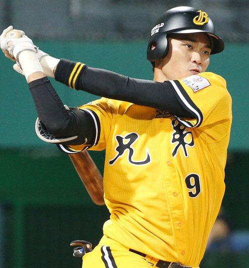 兄弟隊王威晨擊出六分打點,獲選單場MVP。記者侯永全/攝影