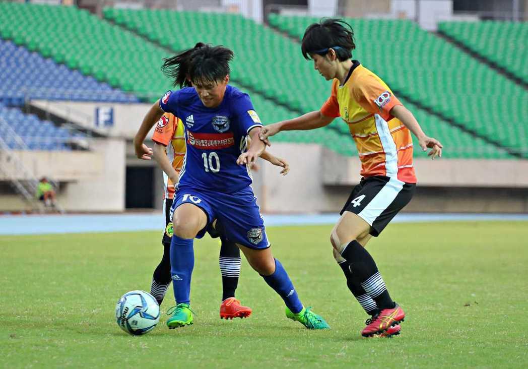 台中藍鯨隊李綉琴(左)進攻。圖/中華足球協會提供