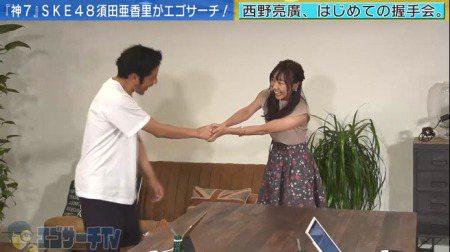 須田亞香里上節目讓主持人體驗握手會感覺。圖/摘自AbemaTV