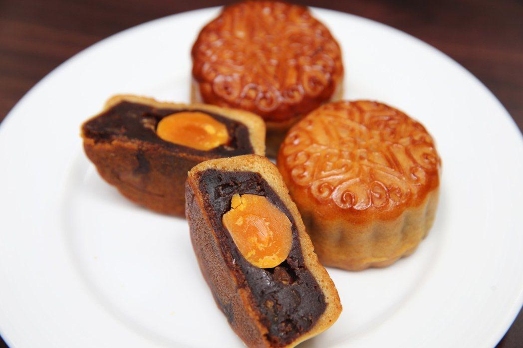 國賓大飯店月餅-紅豆蛋黃月餅。記者徐兆玄/攝影