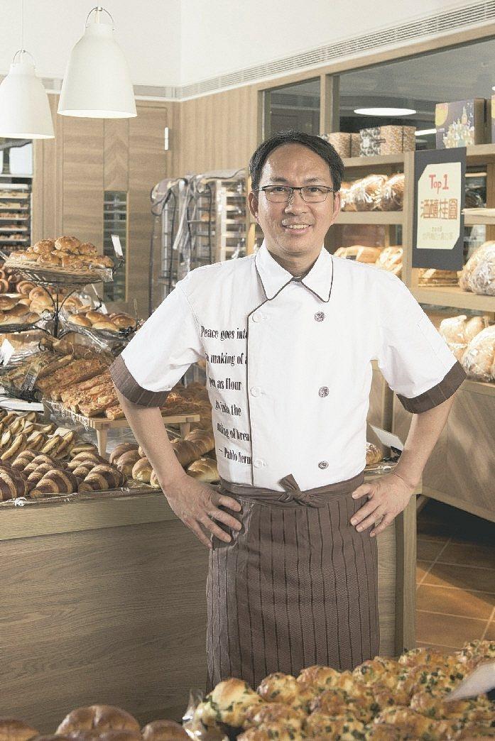 吳寶春穿上詹朴設計的麵包店制服。攝影/高啟舜 圖/APUJAN提供