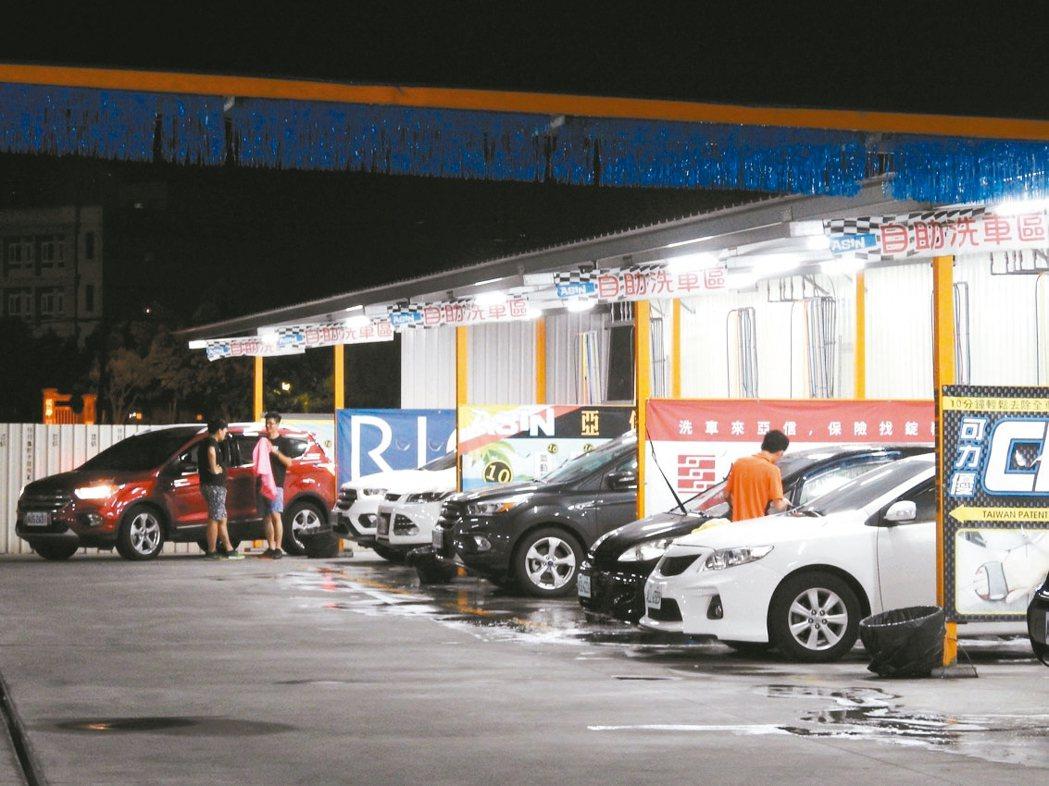 近年自助洗車超夯,不少車主因價格實惠,且能確保愛車不受傷,寧願自己動手洗。 記者...