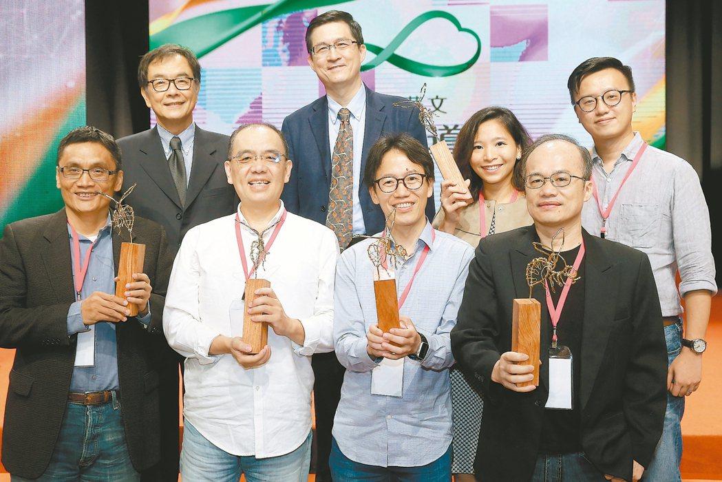 聯合報系獲「全球華文永續報導獎」兩項首獎,得獎記者與聯合報社長項國寧(後左一)、...