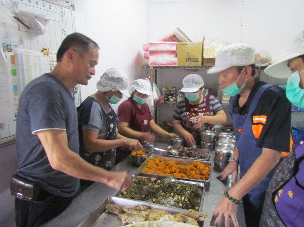 邱慶禧在九二一地震後投入無依老人送餐,十八年來持續不懈。記者張家樂/攝影