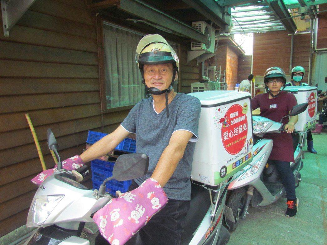 邱慶禧率領居服員每天在國姓山區,為無依老人送餐。記者張家樂/攝影