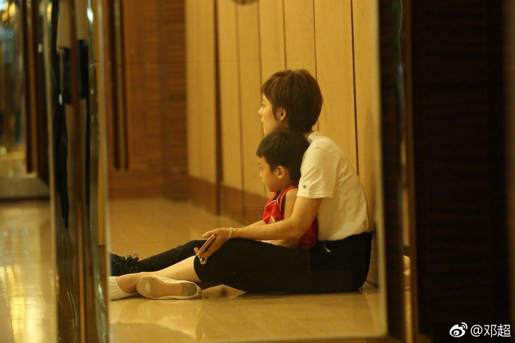 鄧超PO出孫儷抱兒子的照片。圖/摘自微博