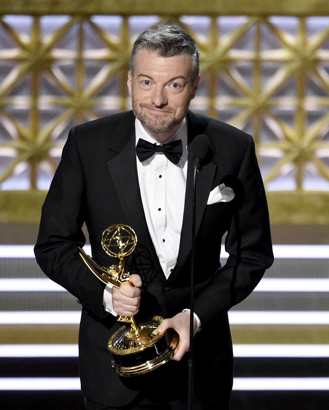 「黑鏡」編劇查理布魯克上台領取艾美獎最佳電視電影獎。 圖/美聯社