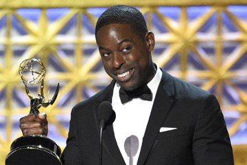 第69屆艾美獎於台北時間今天早上8點在洛杉磯舉行,黑人男星史特林艾朗以「這就是我們」拿下劇情類影集最佳男主角,打敗「紙牌屋」凱文史貝西、「西方極樂園」安東尼霍普金斯等強敵,他發表感言謝劇組,原本要在...