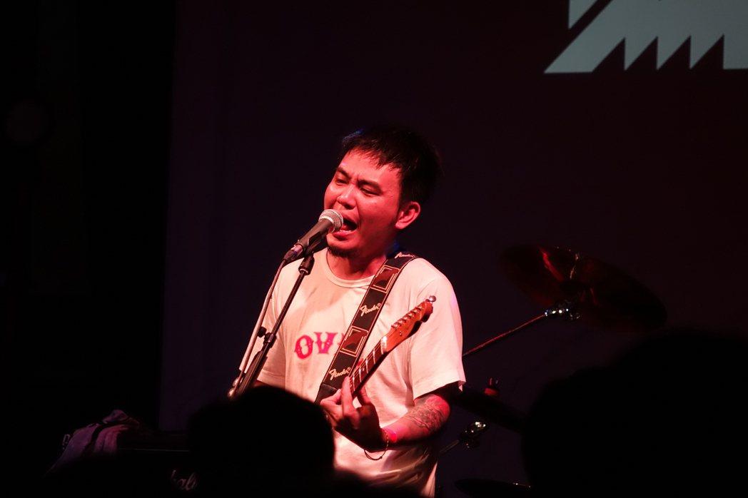 滅火器樂團當地時間16日在英國倫敦開唱,演唱「晚安台灣」、「長途夜車」等知名作品