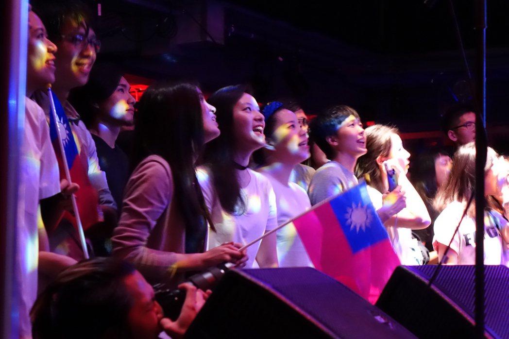 滅火器樂團當地時間16日在英國倫敦開唱,不少歌迷帶著國旗到場,隨著台上節奏揮舞。...