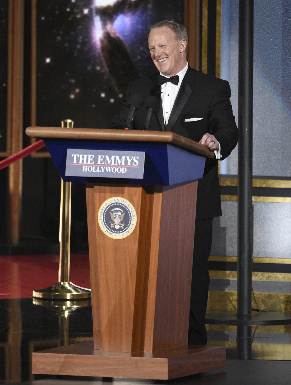 前白宮發言人史派瑟在艾美獎頒獎典禮現身,自娛娛人,逗樂台下一票曾經在電視上嘲諷他