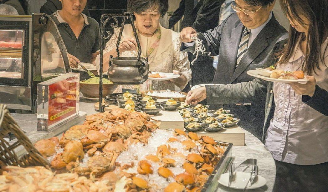 台股觀光類股價前五強中,餐飲股占四席,台灣證券市場已現「吃到上市」的群聚效應。圖...