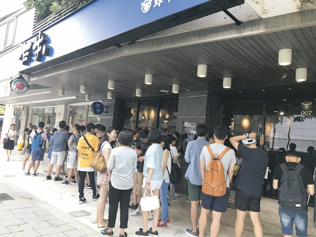 王品新創品牌「乍牛」,以全台首家炸牛排專賣店為號召,成為台北最新排隊店。 王品集...