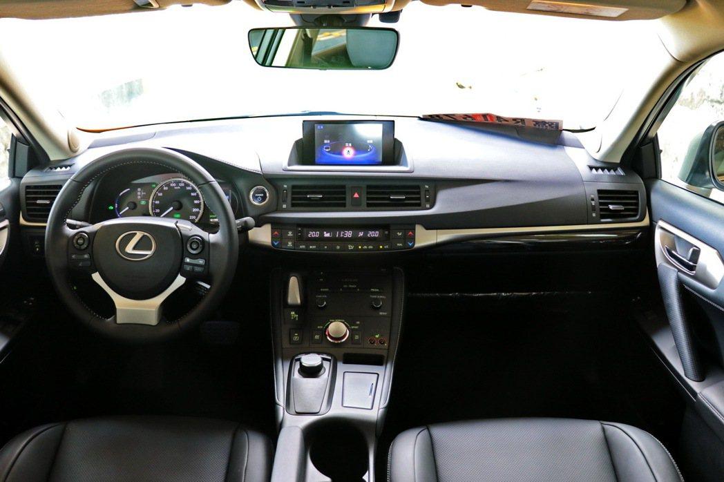 Lexus CT200h豪華型內裝。 記者陳威任/攝影