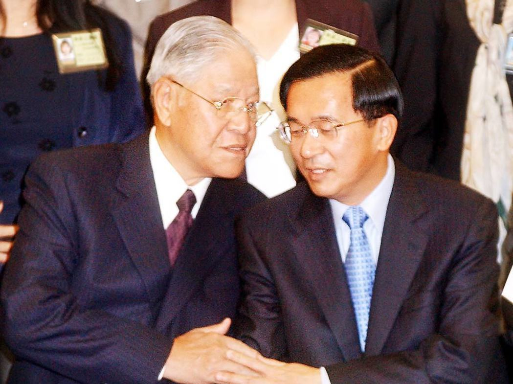 2003年,凱達格蘭學校舉行開學典禮,時任總統的創辦人陳水扁(右)與授課講師前總...