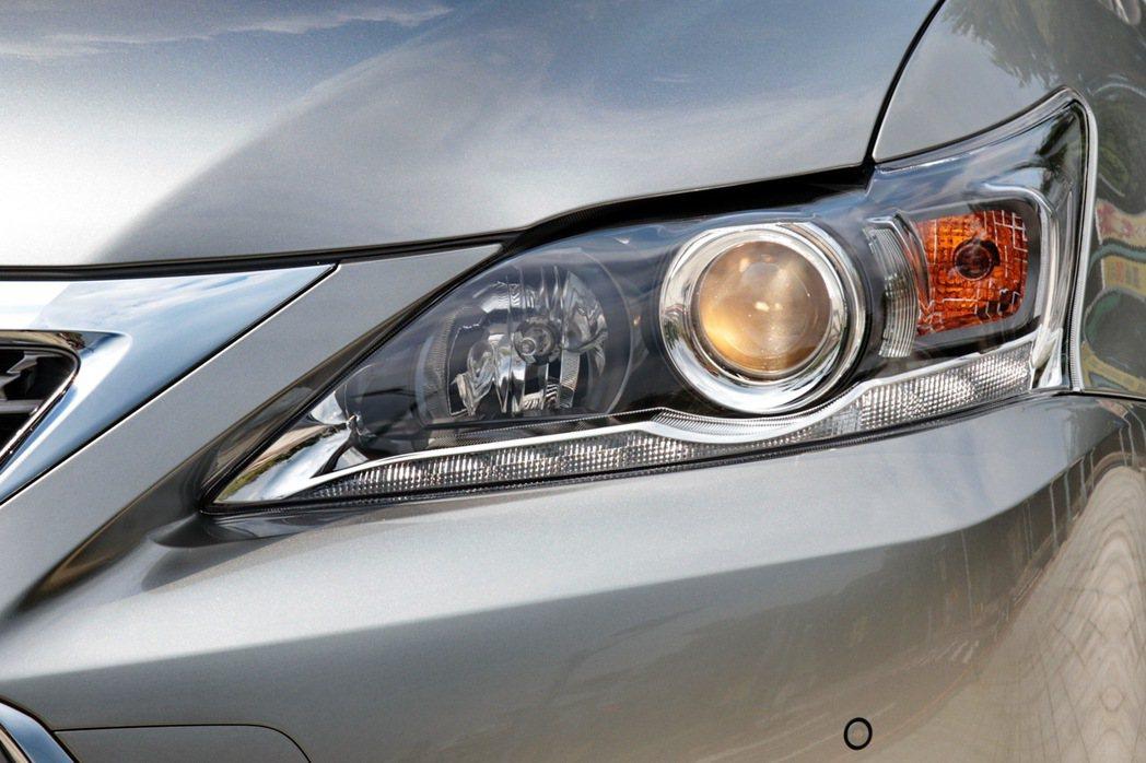 豪華版車型僅配備鹵素頭燈。 記者陳威任/攝影