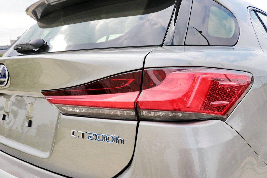 LED尾燈的面積增加也更具科技感。 記者陳威任/攝影