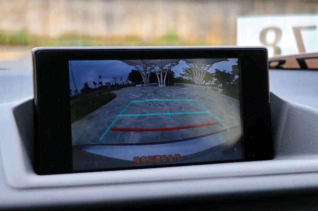 7吋螢幕提供包括音樂、藍芽、通話及倒車顯影等功能。 記者陳威任/攝影